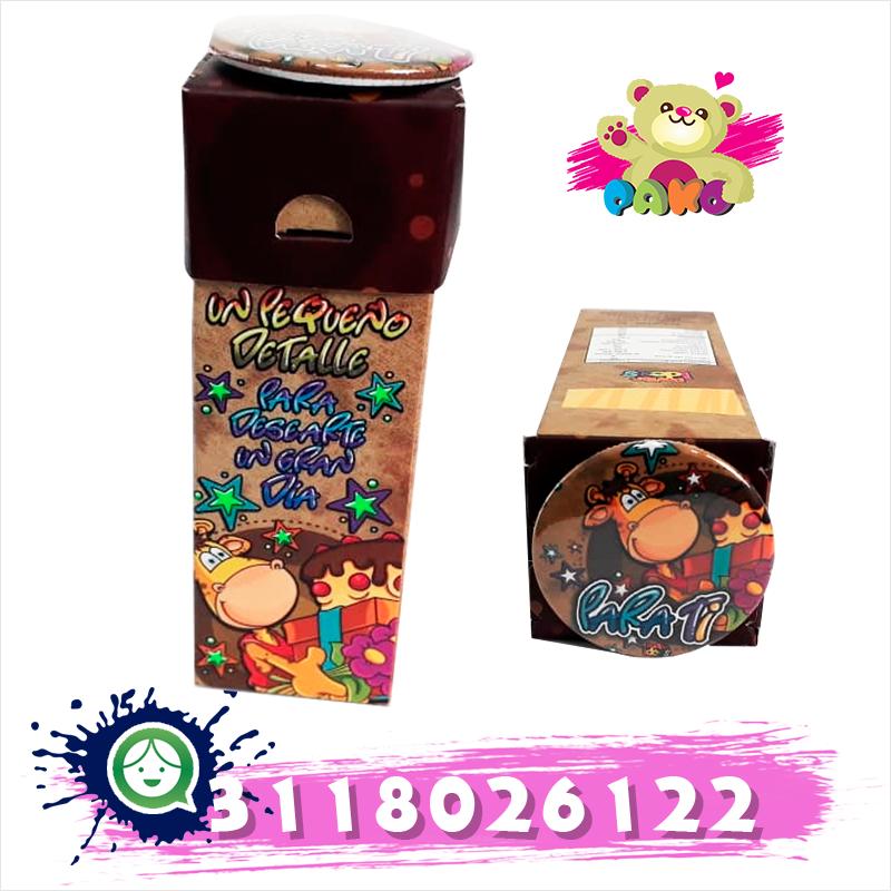 Caja decorada con botón y bombones