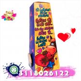 Caja decorada con llavero y chocolates.